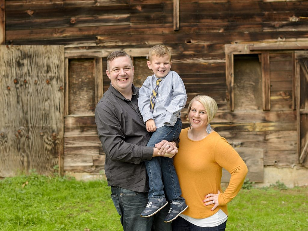 family portraits in front of a barn Anna Graf Photography
